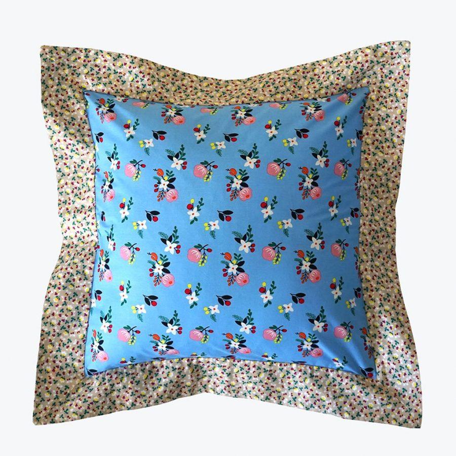 DEPLUSBELLE Housse de coussin artisanale à volant, 45x45 cm. Panier souple assortis aux housses est disponible sur le site www.deplusbelle.com!