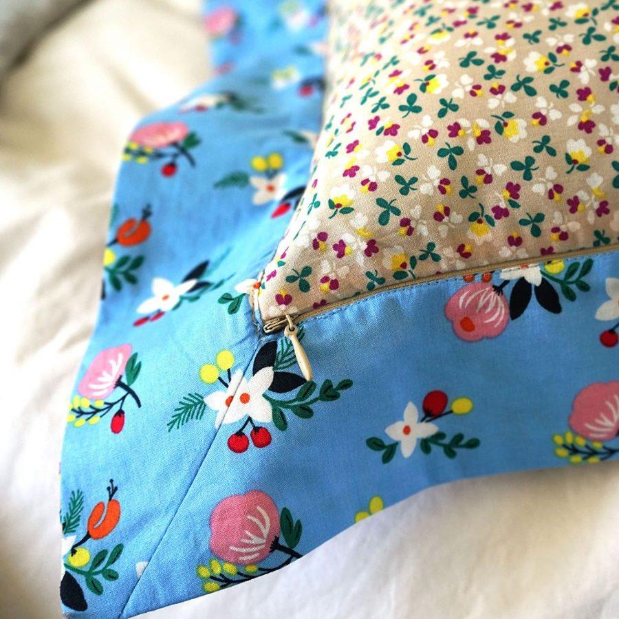 DEPLUSBELLE Housse de coussin en coton fleuri pour un style romantique, une maisons provençal et chic. Finition de haute qualite. Fermeture - zip invisible. Lavage à 40 °C!