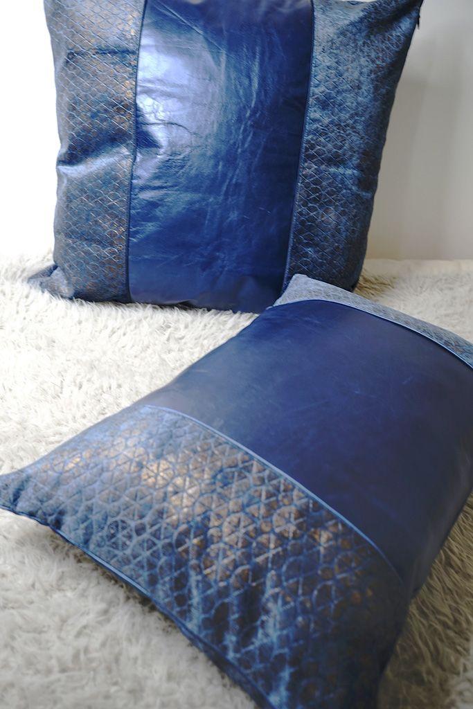 DEPLUSBELLE coussins en cuir bleu rectangulaire et carré avec finition en passepoile. Possibilité sur mesure!