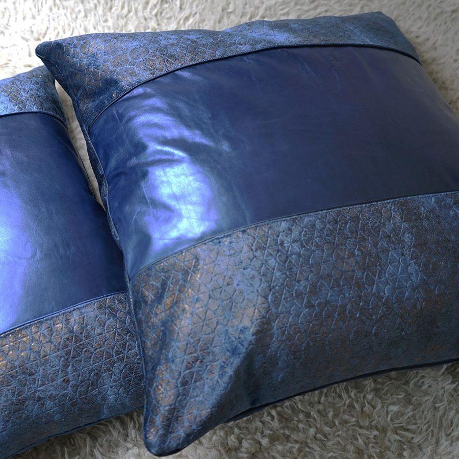 DEPLUSBELLE housse de coussin cuir bleu nuit et tissus geometrique effet bronzé et passepoil! Finition parfaite!