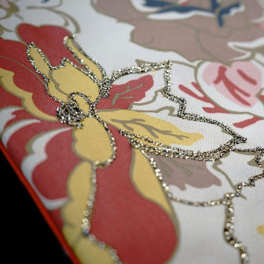 DEPLUSBELLE vous propose une housse de coussin unique brodée de 54x54 cm!